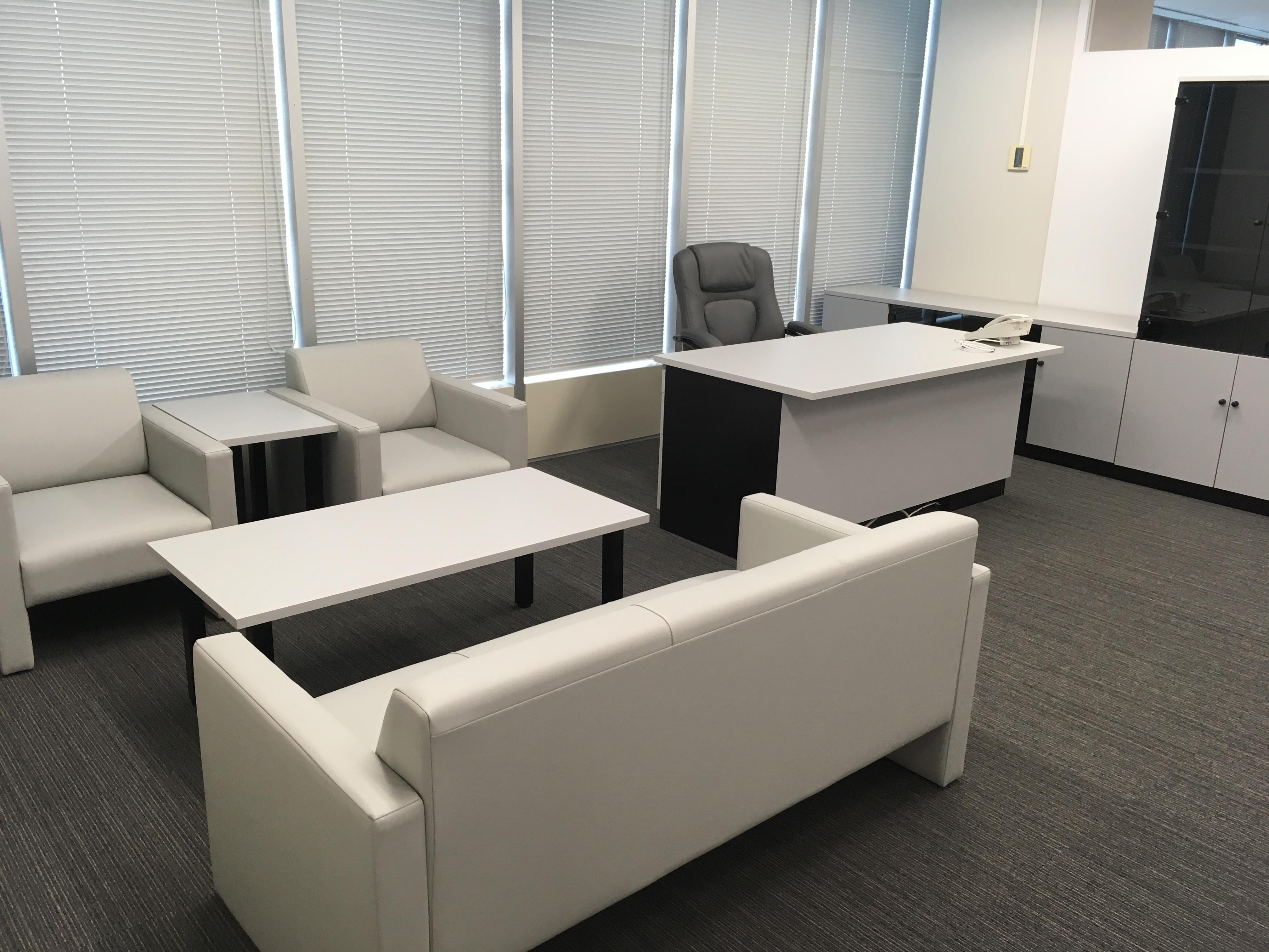 オフィスの役員家具と応接セットを納めました。